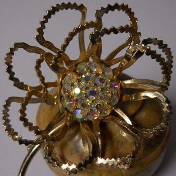 Sarah Coventry Brooch, 20 Century. - Costume Jewelry