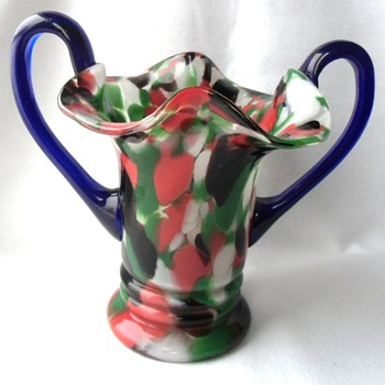 The Economy Czech glass Exports of the Depression years, a small Kralik spatter glass handled vase. - Art Glass