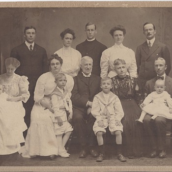 Unusual 1910 dated family portrait - Photographs
