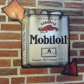 Mobiloil cargoyle with arrow - Petroliana