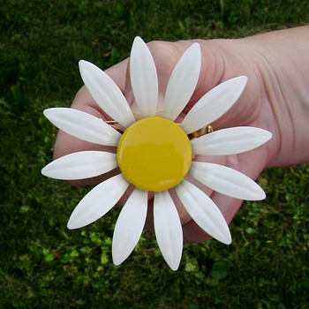 Vintage Daisy Flower Power Enamel Brooch Pin