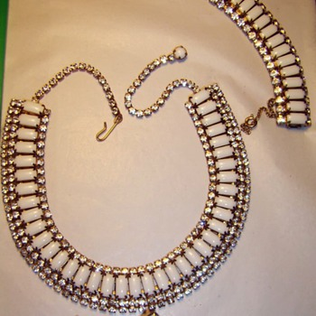 Nice Hobe Set (necklace, bracelet, and clip-on earrings) - Costume Jewelry