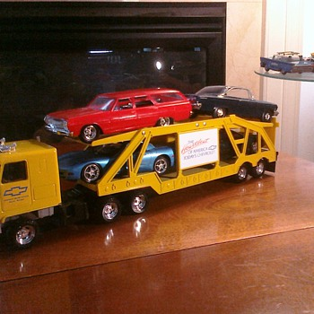 New and old school Chevrolet cars go well together... - Model Cars