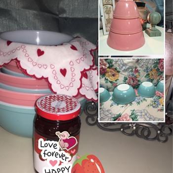 Vintage Pyrex Nesting Mixing Bowls - Kitchen