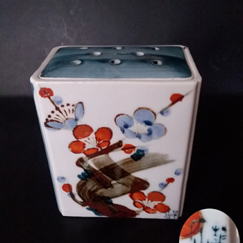 Japanese rectangular vase with frog. - Asian
