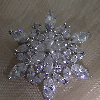 Sparkling brooch - Costume Jewelry