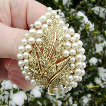 Crown Trifari pearl brooch - Costume Jewelry