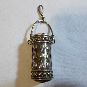 ANTIQUE STERLING SILVER SNUFF CONTAINER WITH SPOON / RARE