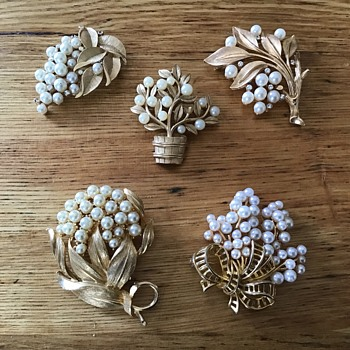 Pearl brooches - Costume Jewelry