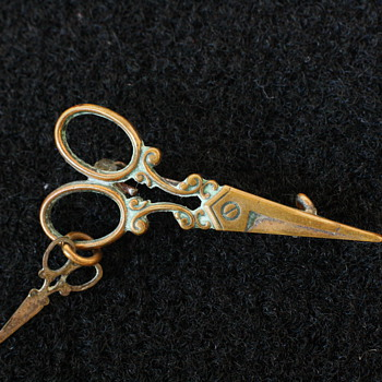 Super sweet novelty sewing scissors brooch - Costume Jewelry