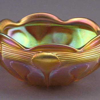 QUEZAL ART GLASS GOLD IRIDESCENT BOWL, circa 1906