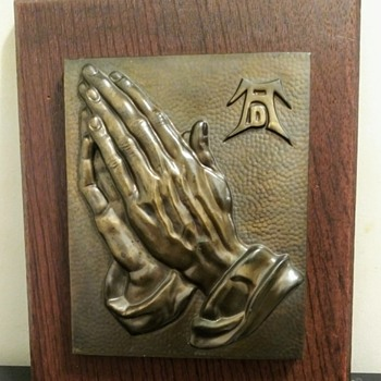 BRONZE PRAYING HANDS PLAQUE - Medals Pins and Badges