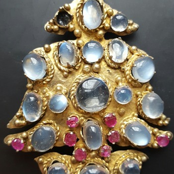 Ceylon blue moonstones and rubies vintage brooch, gilded metal (?).