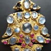 Ceylon blue moonstones and rubies vintage brooch, gilded metal (?).