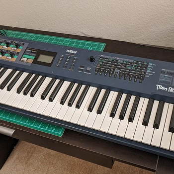 Nine Inch Nails: Yamaha AN1x signed by Trent Reznor - Musical Instruments
