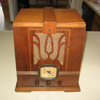 Art Deco Imperial Skyscraper Tube Radio Model 694 from 1936
