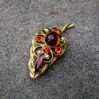 Vintage D and E brooch - Costume Jewelry