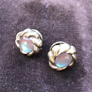 Off the cuff - some vintage glass cuff links including saphirets - Accessories
