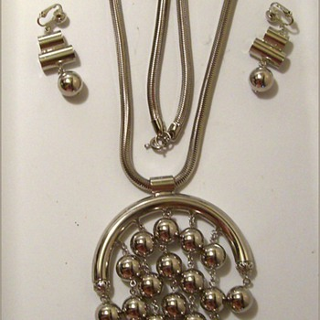 1970's CELEBRITY ( NY ) JEWELRY -- Necklace - Costume Jewelry