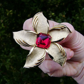 Crown Trifari Starfish or day lily brooch - Costume Jewelry
