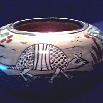 "Mexican Pottery 6 1/2"" Seed Bowl / Armadillo With Flower and Fern Design /Signed ""Mateos"" Mexico/ Circa 19?? - Pottery"
