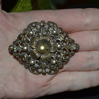 Vintage filigree brooch with faux pearls - Costume Jewelry