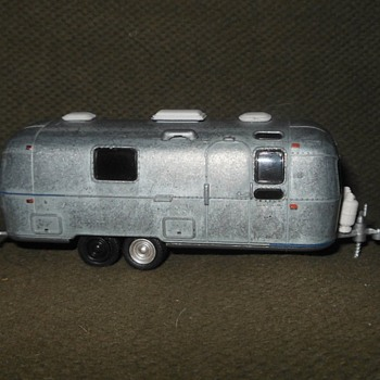 Greenlight Collectibles Hitched Homes Series 5 1971 Airstream Double-Axle Land Yacht Safari (Unrestored) - Model Cars