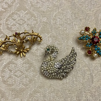3 little brooches, 1 Coro - Costume Jewelry
