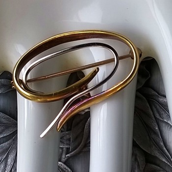 585 (14K) Gold Two Tone Brooch Thrift Shop Find 2,50 Euro ($2.65)