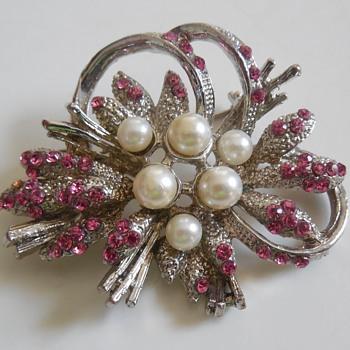 Pearl and Pink Rhinestone Silver-tone Pin. - Costume Jewelry