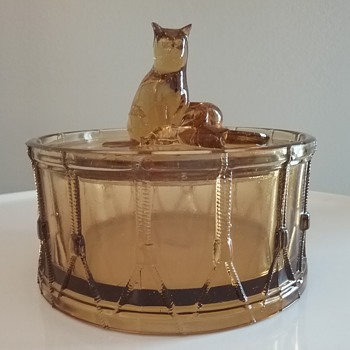 Portieux Vallerysthal glass cat on drum  - Animals