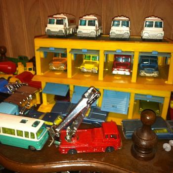Husky/Corgi Garage with vehicles - Model Cars
