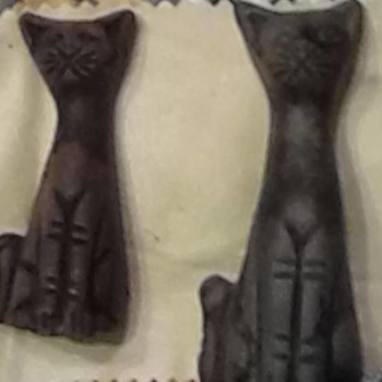 unknown carved cats - Figurines