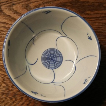 Pretty blue and white flower bowl - Asian