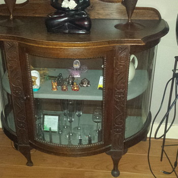 Antique tea cabinet whit round glass