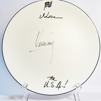 AUTHENTIC AUTOGRAPHED PLATE BY VERA WANG  FOR WEDGWOOD - China and Dinnerware