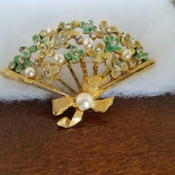 Vintage pretty fan shaped brooch with green and yellow flowers  - Costume Jewelry