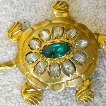 VINTAGE TURTLE BROOCH WITH RHINESTONES - Costume Jewelry