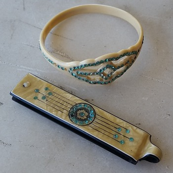 "Celluloid bangle and ""vanity"" pendant - Costume Jewelry"