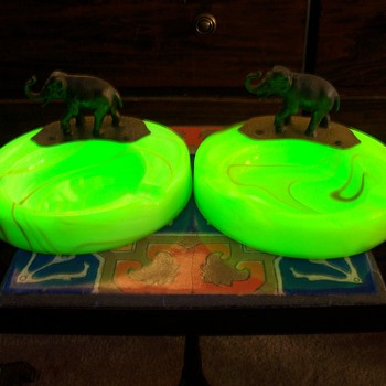 A pair of Houze Slag Glass Elephant Ashtrays - Tobacciana