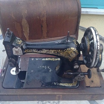 Can anyone tell me the year and model this old singer sewing machine?