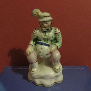 Man with pot belly and feathers - Figurines