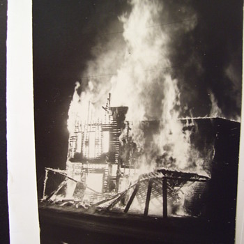 FIRE!  HOUSE & BARN GO UP IN FLAMES, REAL PHOTO PC, BYSTANDER OR NEWS CAMERA,VINTAGE - Postcards