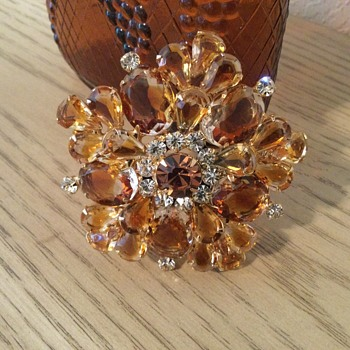D & E CARAMEL COLORED GIVRE BROOCH! - Costume Jewelry