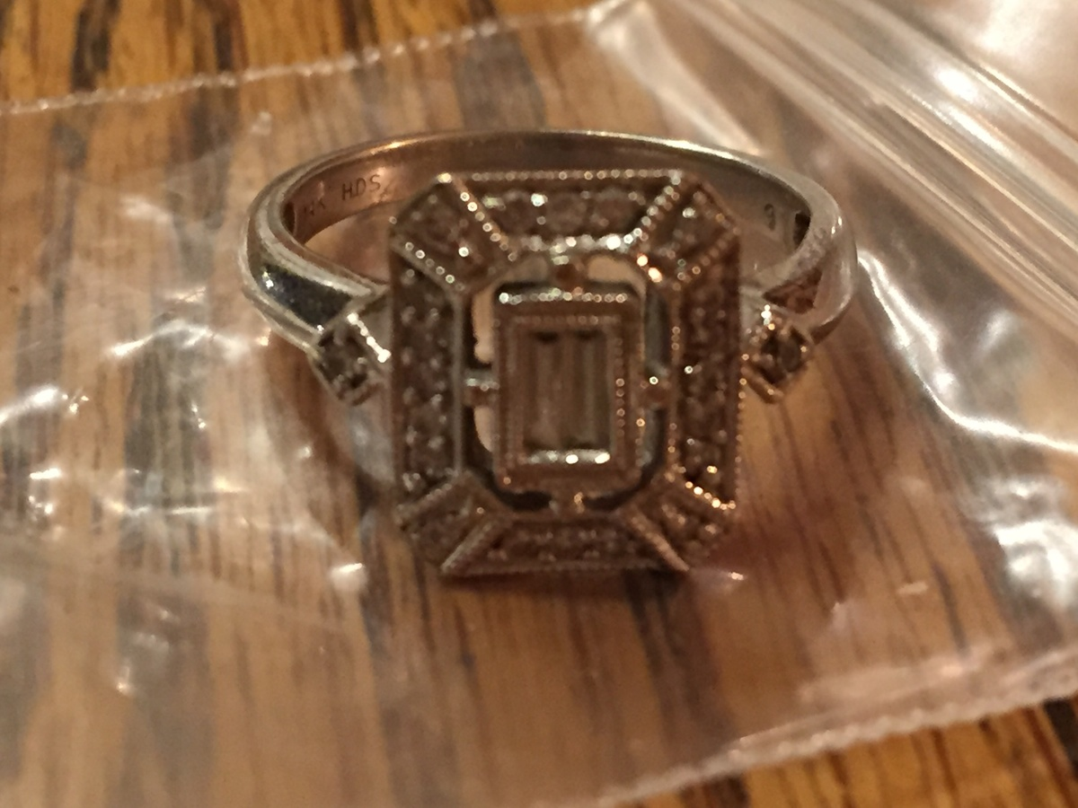 H  D  S , 14 K Stamped White gold with a diamond ring | Collectors