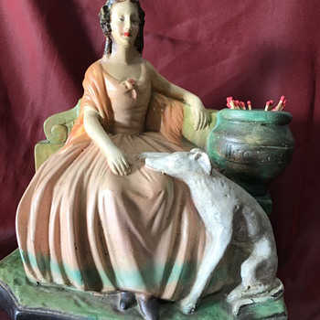 Seated lady with dog - Figurines