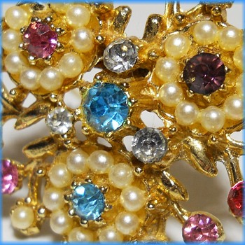 Unmarked Brooch - Pastel colors - Costume Jewelry