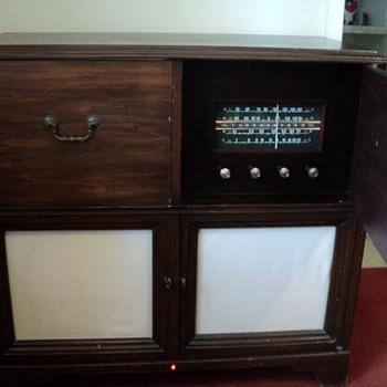 Zenith H970RBT Radio-Phonograh - Radios