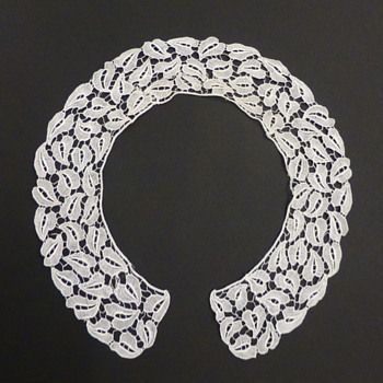 Antique stylized leaves lace collar, WW style - Art Nouveau