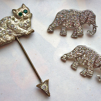 Cat hat pin and 1930s elephants brooches - Costume Jewelry